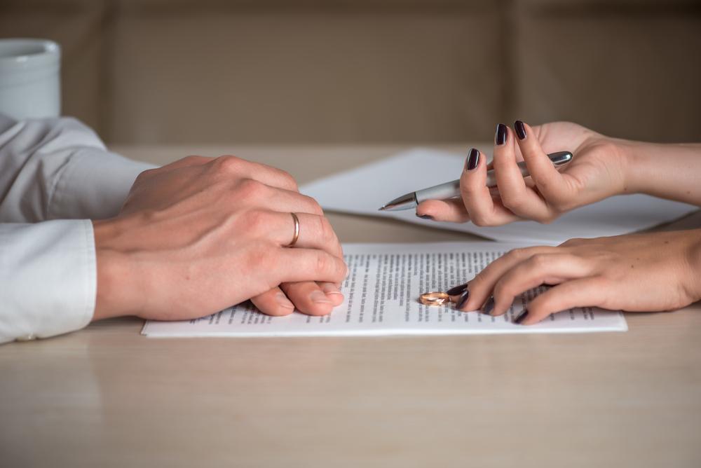 Cầm tờ đơn ly hôn của vợ trên tay, chồng bất ngờ vì lí do