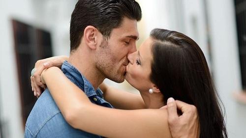 Hôn nhau có bị lây bệnh lậu không?